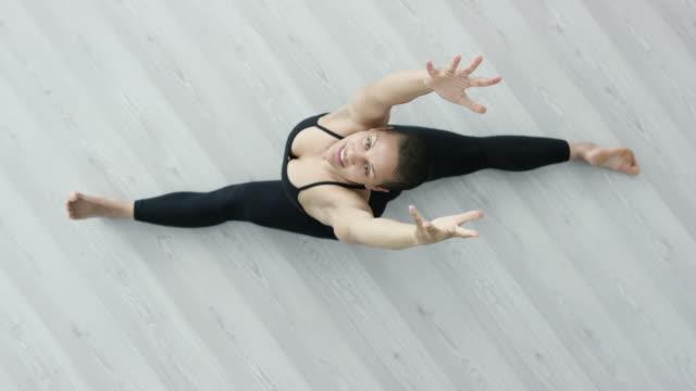 vídeos de stock, filmes e b-roll de mulher bonita fazendo o espacate - boa postura