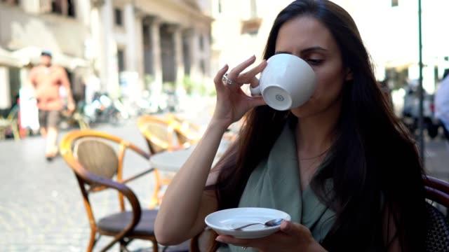 vídeos de stock, filmes e b-roll de mulher linda tomando café em roma - praça