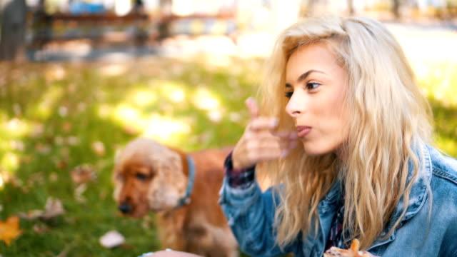 Schöne Frau auf Picknick Pizza essen