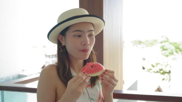 vídeos de stock e filmes b-roll de beautiful woman eating watermelon - sudeste asiático