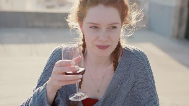 vídeos y material grabado en eventos de stock de beautiful woman enjoying red wine - saborear