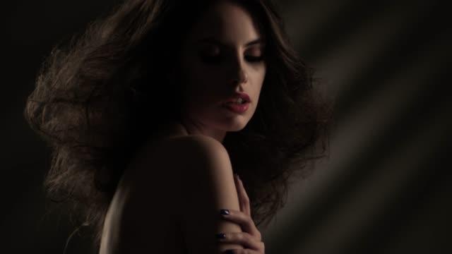 stockvideo's en b-roll-footage met mooie vrouw gezicht close-up studio. fashion video. slow motion. 4k 30fps prores 4444 - wegkijken