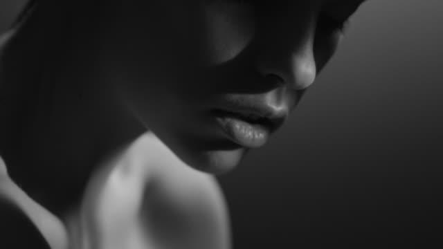 vídeos de stock e filmes b-roll de beautiful woman face close up studio. fashion video. slow motion. 4k 30fps prores 4444 - model