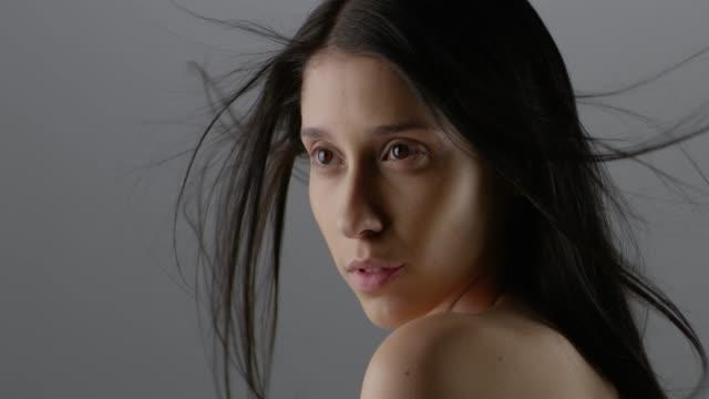 vidéos et rushes de visage de femme belle gros studio. mode vidéo. mouvement lent. 4k 30fps prores 4444 - belle femme