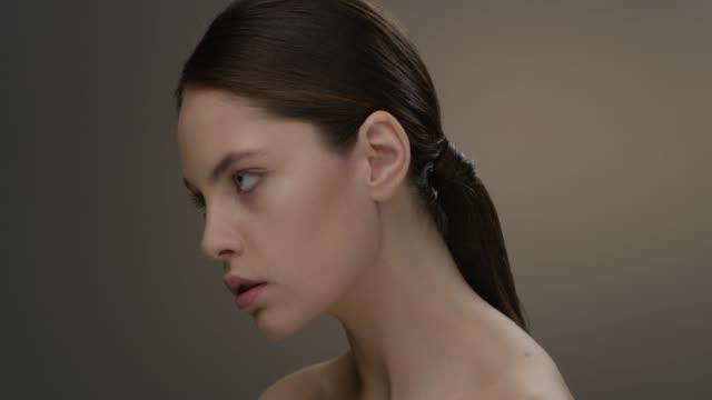 vidéos et rushes de visage de femme belle gros studio. mode vidéo. mouvement lent. 4k 30fps prores 4444 - glamour