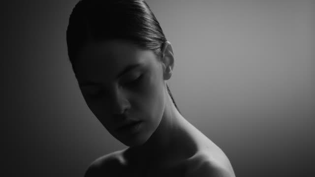 vídeos de stock e filmes b-roll de beautiful woman face close up studio. fashion video. slow motion. - cabelo natural