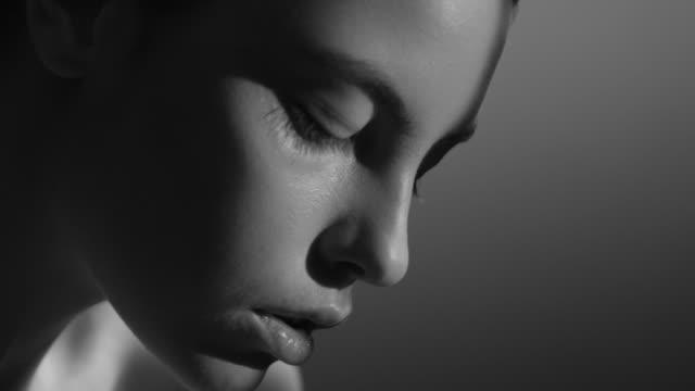 stockvideo's en b-roll-footage met mooie vrouw gezicht dicht omhoog studio. mode video. slow motion. - natuurlijk haar