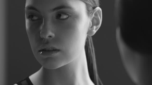 vídeos de stock, filmes e b-roll de linda cara de mulher fechar o estúdio. vídeo de moda. câmera lenta - encarando
