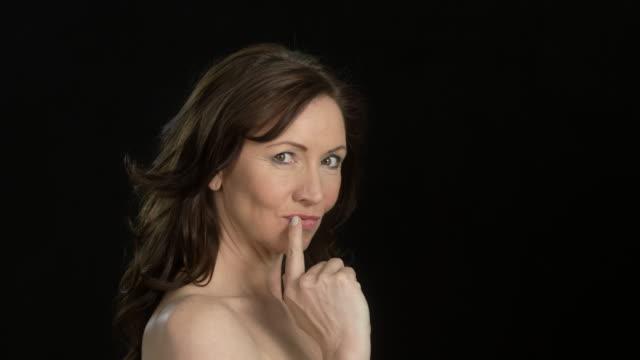 vídeos y material grabado en eventos de stock de beautiful woman (45 years old) - facial expressions - flirting provocative with camera - una sola mujer madura