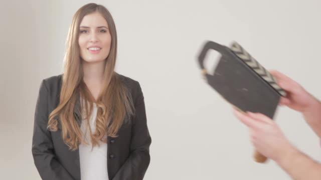 vidéos et rushes de belle femme se préparer devant taper dans les mains à repasser - clap de cinéma