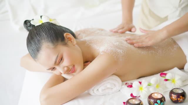 vídeos y material grabado en eventos de stock de beautiful woman having exfoliation treatment in spa - espalda humana