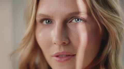 vídeos y material grabado en eventos de stock de hermosa mujer que tiene una piel suave y saludable - plano descripción física