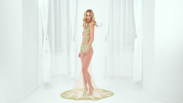 vídeos y material grabado en eventos de stock de mujer hermosa en el vestido de moda - cintura