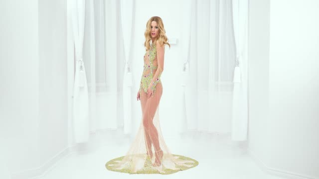 vídeos de stock e filmes b-roll de beautiful woman in fashionable dress - cintura
