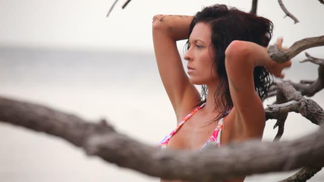 schöne frau im badeanzug - fotografieren stock-videos und b-roll-filmmaterial