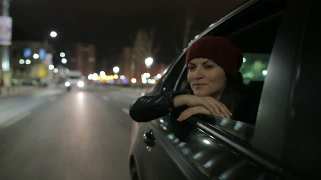Schöne Frau im Auto Genießen Sie den Blick auf die Stadt.