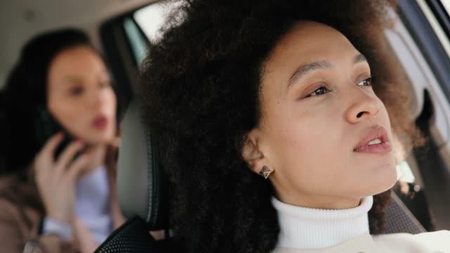 vídeos de stock, filmes e b-roll de mulher bonita no carro - passenger