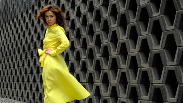 vidéos et rushes de belle femme dans l'arrière-plan urbain - clothing
