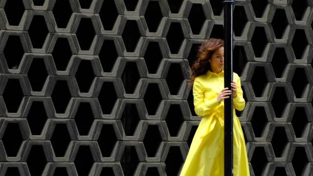stockvideo's en b-roll-footage met mooie vrouw in stedelijke achtergrond - avondjurk