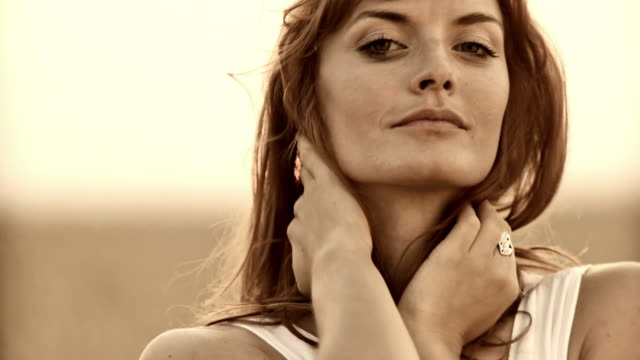 stockvideo's en b-roll-footage met hd: beautiful woman in wheat - rijp voedselbereiding