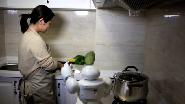 Schöne Frau, die Interaktion mit AI Helfer in der Küche