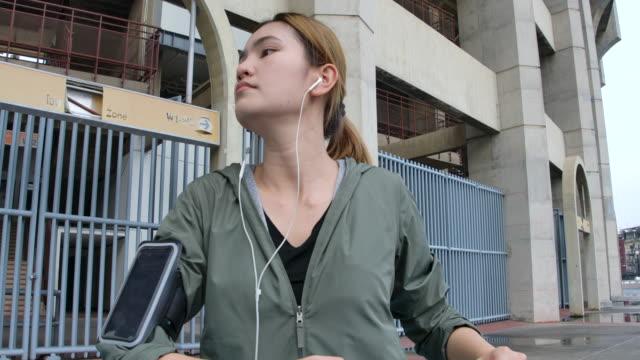 美しい女性が歩いて、筋肉を伸ばしている。スタジアムで - スーパースローモーション点の映像素材/bロール