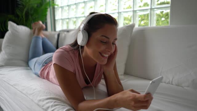 vidéos et rushes de musique écoute belle femme avec un casque bouger sa tête avec le beat - belle femme