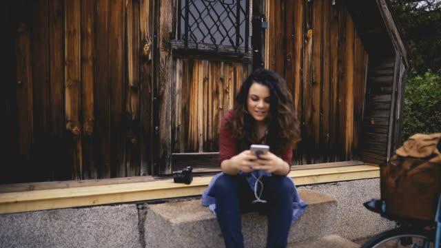 vídeos de stock, filmes e b-roll de linda mulher, ouvindo a música - fone de ouvido equipamento de informação