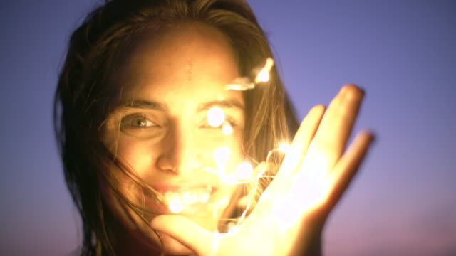 vídeos de stock e filmes b-roll de cu beautiful woman playing with lights - luz led