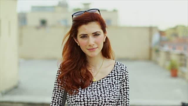schöne frau porträt auf einem balkon - charmant stock-videos und b-roll-filmmaterial