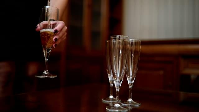 Schöne Frau gießt Champagner