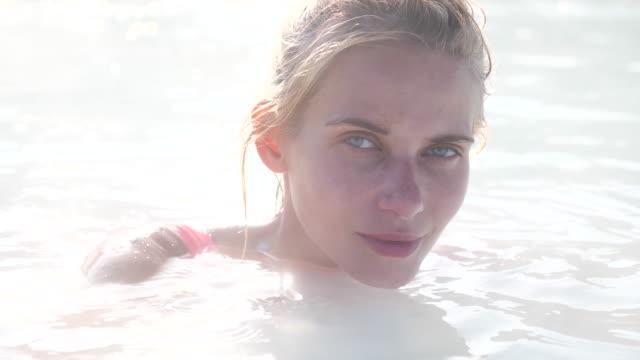 schöne frau entspannen in thermalen pool in island - thermalquelle stock-videos und b-roll-filmmaterial