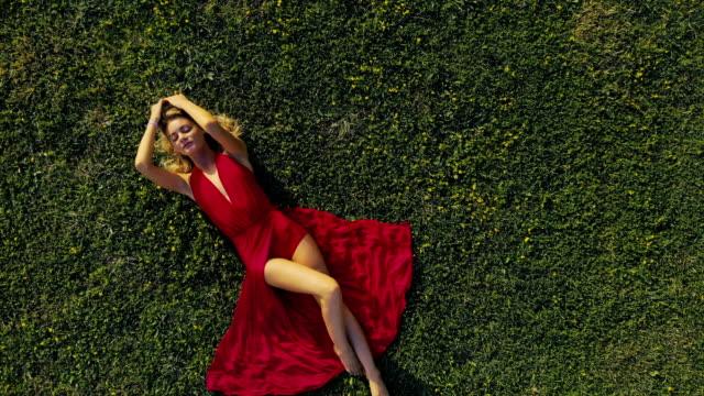 vídeos y material grabado en eventos de stock de hermosa mujer de relax en el campo - ajustado