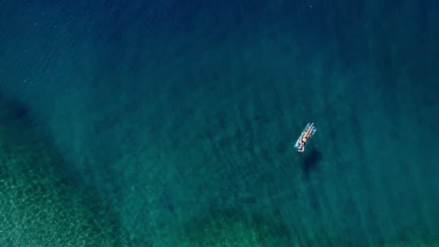 海のベッドとターコイズ ブルーの海でリラックスした美しい女性 - 絵画モデル点の映像素材/bロール