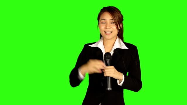 美しい女性のニュースレポートは、緑色の画面背景 - キーアブル点の映像素材/bロール