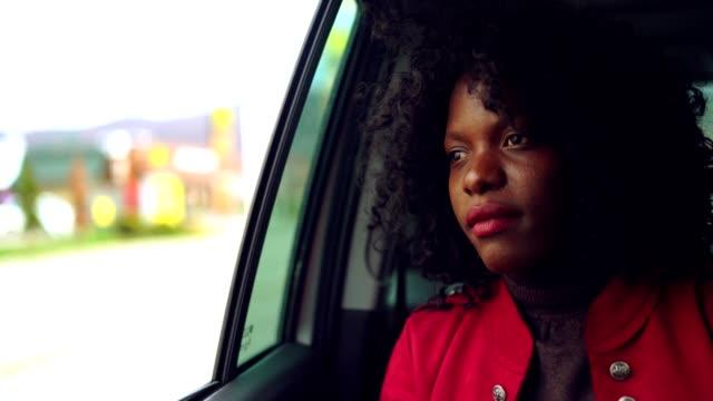 vídeos de stock, filmes e b-roll de equitação bonita da mulher no assento traseiro no táxi e tem - passageiro