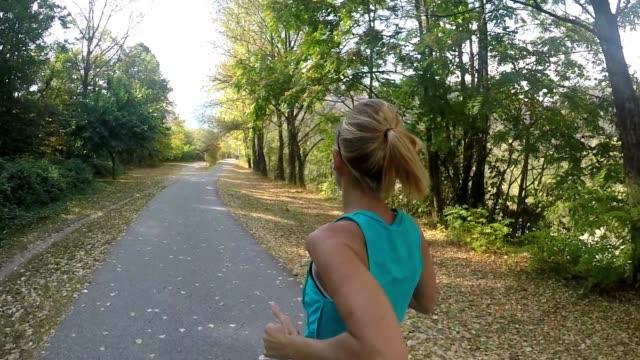 vídeos y material grabado en eventos de stock de hermosa mujer corriendo en el parque en cámara lenta - corredora de footing