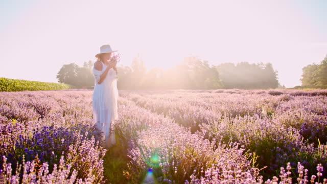 SLO MO mooie vrouw ruikende lavendel