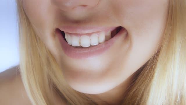 vídeos de stock, filmes e b-roll de detalhe do sorriso de mulher bonita - saúde dental