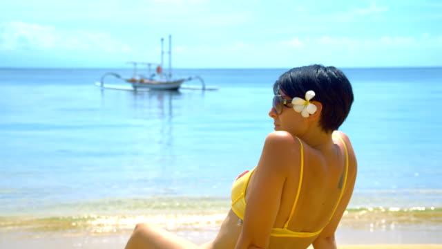 vídeos de stock, filmes e b-roll de ms ds bela mulher tomando banho de sol na praia - raw footage