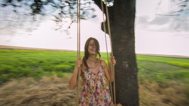 vídeos y material grabado en eventos de stock de hermosa mujer balanceo en la puesta de sol - sólo mujeres jóvenes