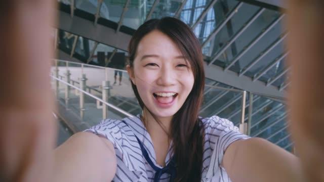 vídeos y material grabado en eventos de stock de hermosa mujer que selfie en ciudad - imagen virada