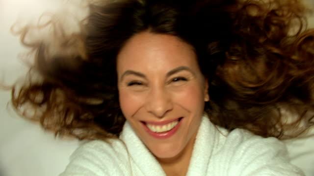 vidéos et rushes de belle femme prenant selfie dans l'hôtel. - brightly lit