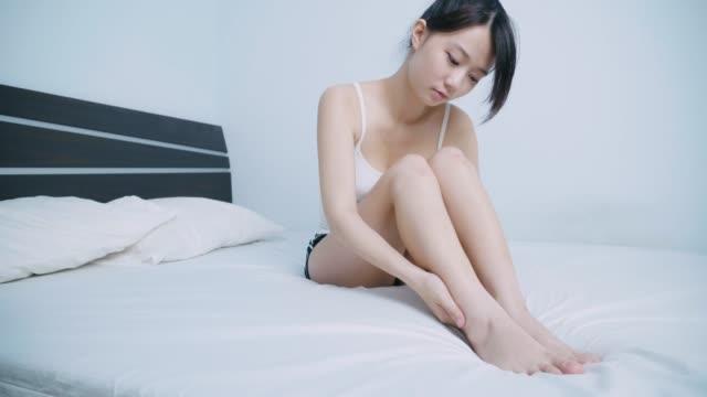 vídeos de stock e filmes b-roll de beautiful woman touches her legs - depilação
