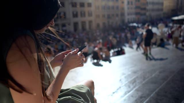 vidéos et rushes de belle femme à l'aide de téléphone à la place d'espagne, rome - place