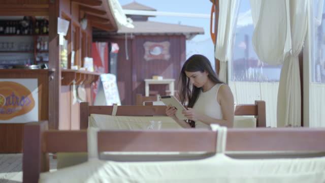 vídeos de stock, filmes e b-roll de beautiful woman using tablet - banco assento