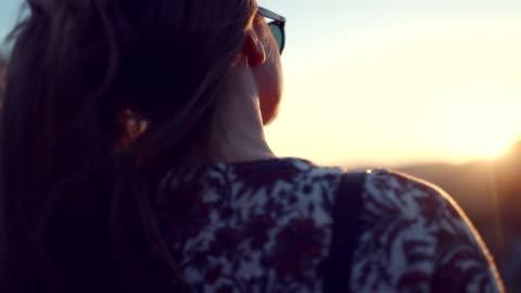 vacker kvinna - motljus bildbanksvideor och videomaterial från bakom kulisserna