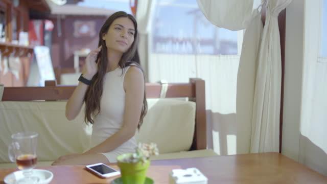 vídeos de stock, filmes e b-roll de beautiful woman - banco assento