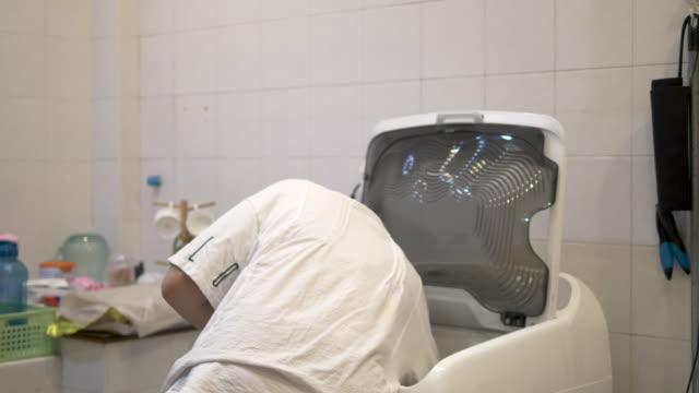 自動洗濯機で服を洗う美しい女性 - 乾かす点の映像素材/bロール