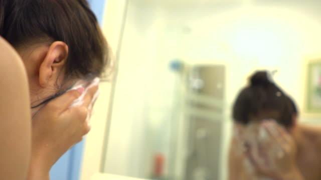 vídeos de stock e filmes b-roll de beautiful woman washing her face - lavar